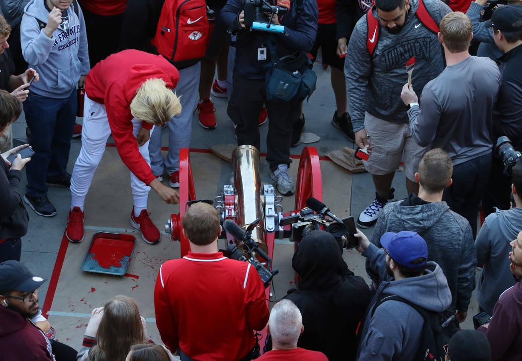 Los estudiantes y oficiales de la UNLV observan cómo los jugadores de los Rebels pintan de rojo el Fremont Cannon afuera de la Unión de Estudiantes de la UNLV el lunes 26 de noviembre de 2019, e ...