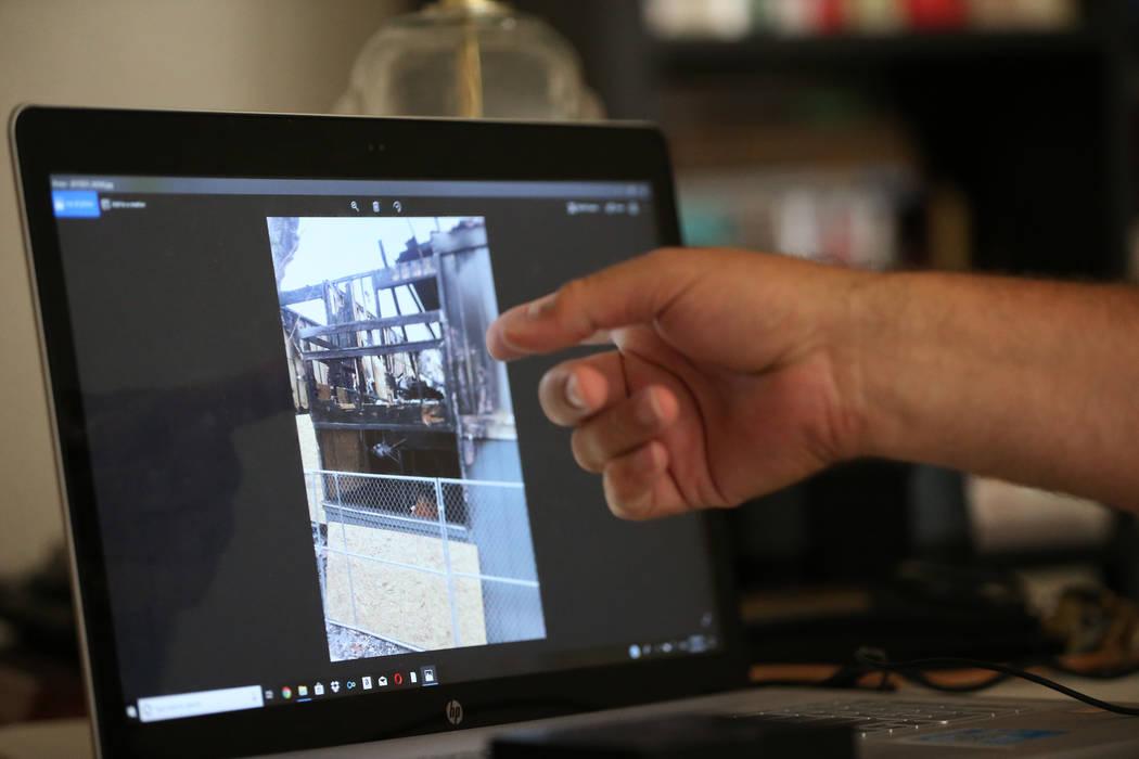 Heath Burkhalter muestra una imagen de las consecuencias de un incendio que destruyó su apartamento durante una entrevista en su apartamento de Las Vegas, el jueves 30 de agosto de 2018. Burkhalt ...
