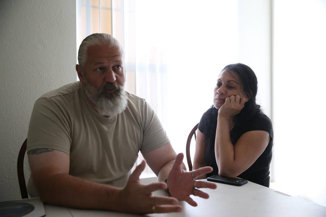 Heath Burkhalter, a la izquierda, y su esposa Verginia son entrevistados en su apartamento de Las Vegas, el jueves 30 de agosto de 2018. El año pasado, uno de los incendios desplazó a la pareja ...