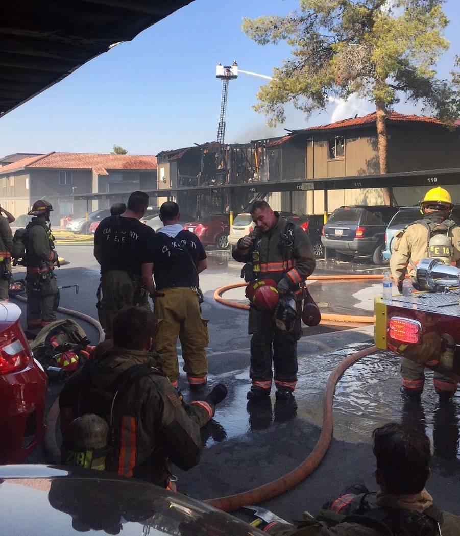 Equipos de bomberos combaten un incendio en Solaire Apartments el 5 de agosto de 2018. (Departamento de Bomberos del Condado de Clark)