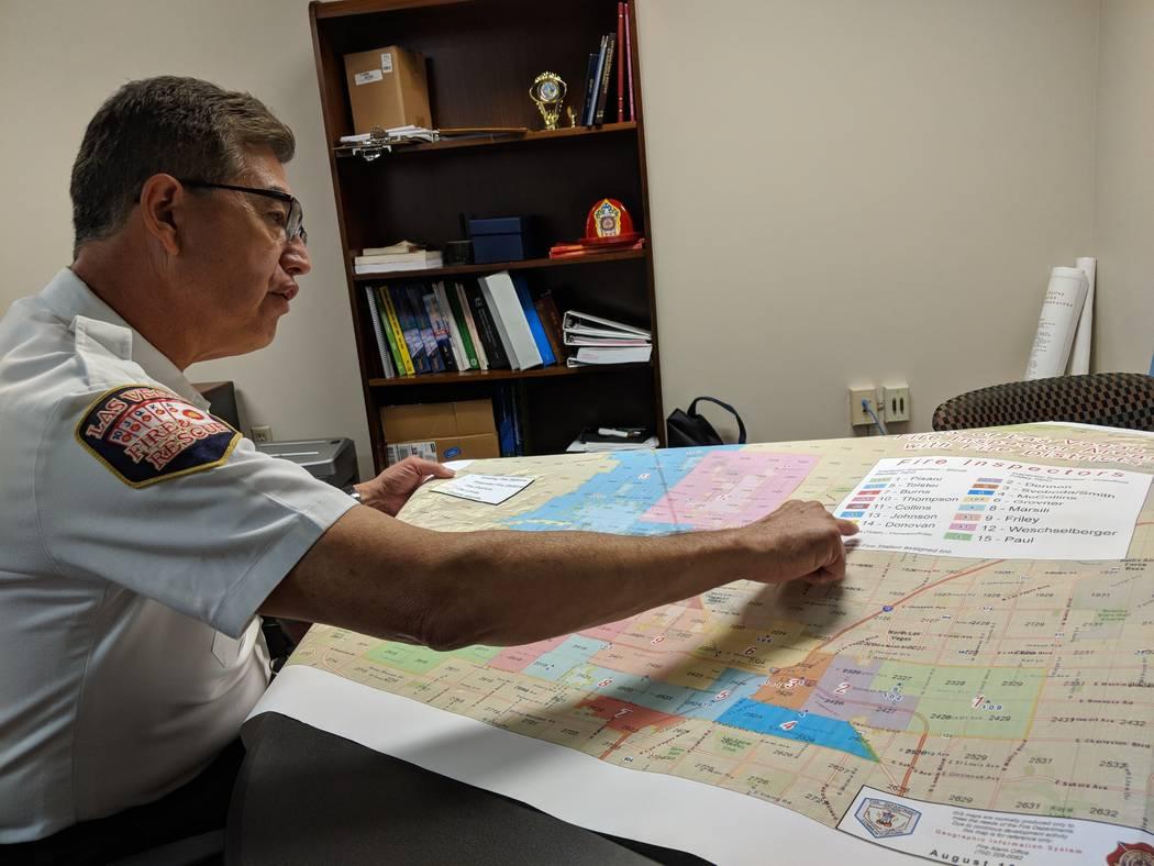 El Jefe de Bomberos/Asistente del Jefe de las Vegas, Robert Nolan, mira un mapa que muestra el área de cobertura del inspector de bomberos de la ciudad de Las Vegas, en su oficina el jueves 16 de ...