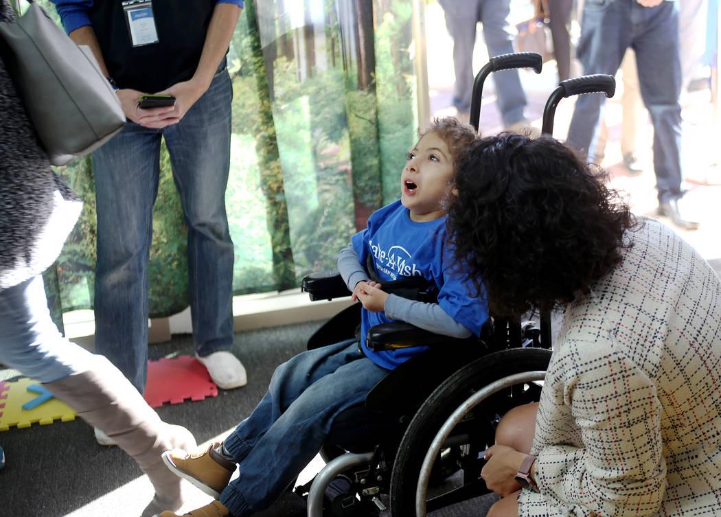 Sultan Bouras Souissi, de 6 años, mira su nueva casa de juegos en North Las Vegas el lunes 26 de noviembre de 2018. Rachel Aston Las Vegas Review-Journal @rookie__rae