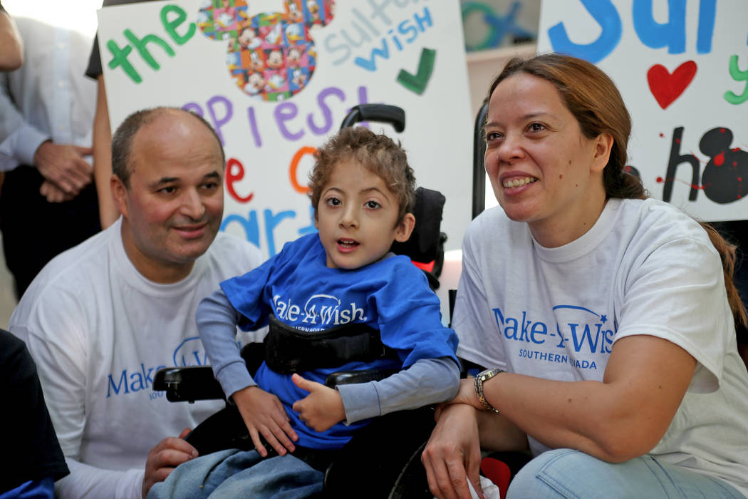 Sultan Bouras Souissi, de 6 años, con su padre, Mohammed Bouras Souissi, y su madre, Nezha Bouras Souissi, sonríen ante las cámaras en su nueva casa de juegos en North Las Vegas el lunes 26 de ...