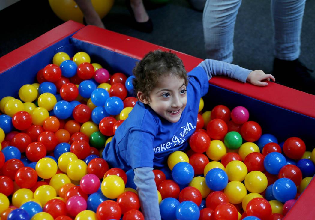 Sultan Bouras Souissi, de 6 años, juega en el foso de pelotas en su nueva casa de juegos en North Las Vegas el lunes 26 de noviembre de 2018. Sultan tiene espina bífida, una enfermedad que afect ...