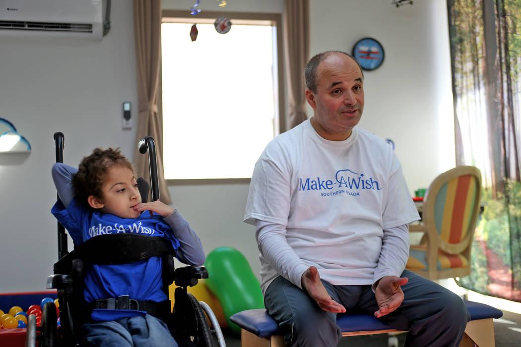 Sultan Bouras Souissi, de 6 años, y su padre, Mohammed Bouras Souissi, hablan ante el Review-Journal en su nueva casa de juegos en North Las Vegas el lunes 26 de noviembre de 2018. Rachel Aston L ...