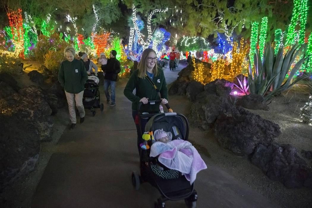 Katie Conklin, en medio, empuja a su hija Harper, de 3 meses de edad, al jardín botánico de cactus Ethel M Chocolates el lunes 12 de noviembre de 2018 en Henderson. Benjamin Hager Las Vegas Revi ...