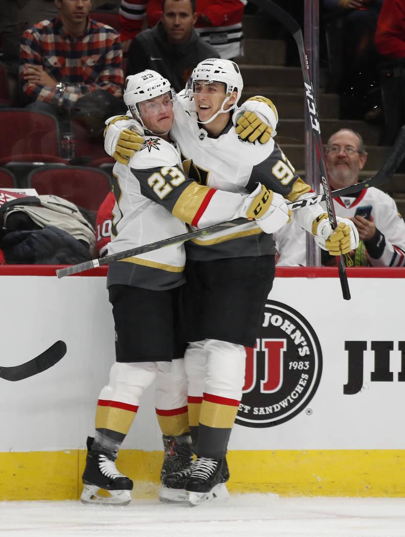 El alero izquierdo de los Golden Knights de Las Vegas, Daniel Carr (23), celebra con su compañero de equipo Tomas Nosek (92) después de su gol contra los Chicago Blackhawks durante el primer per ...