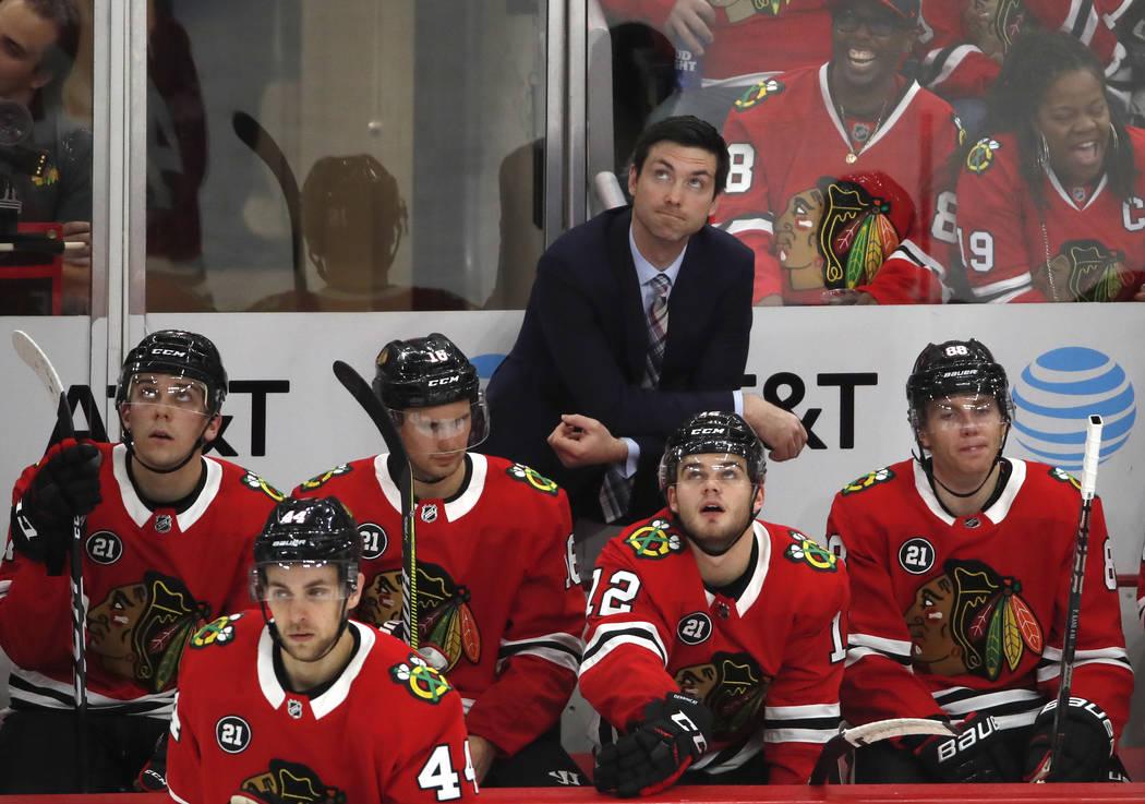 El entrenador en jefe de los Blackhawks de Chicago, Jeremy Colliton, mira el marcador durante el segundo período de un juego de hockey de la NHL contra los Golden Knights de Las Vegas el 27 de no ...
