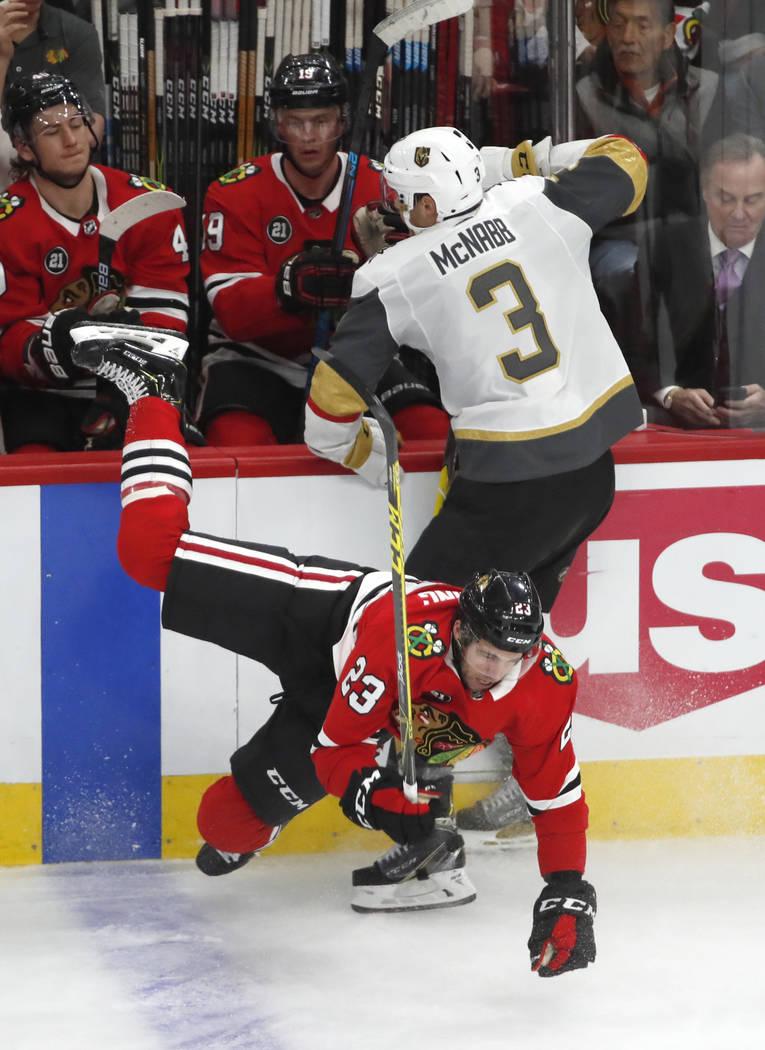 Brayden McNabb (3), defensor de los Golden Knights de Vegas, derrota al defensa Brandon Manning (23) de los Chicago Blackhawks durante el segundo período de un juego de hockey de la NHL el martes ...