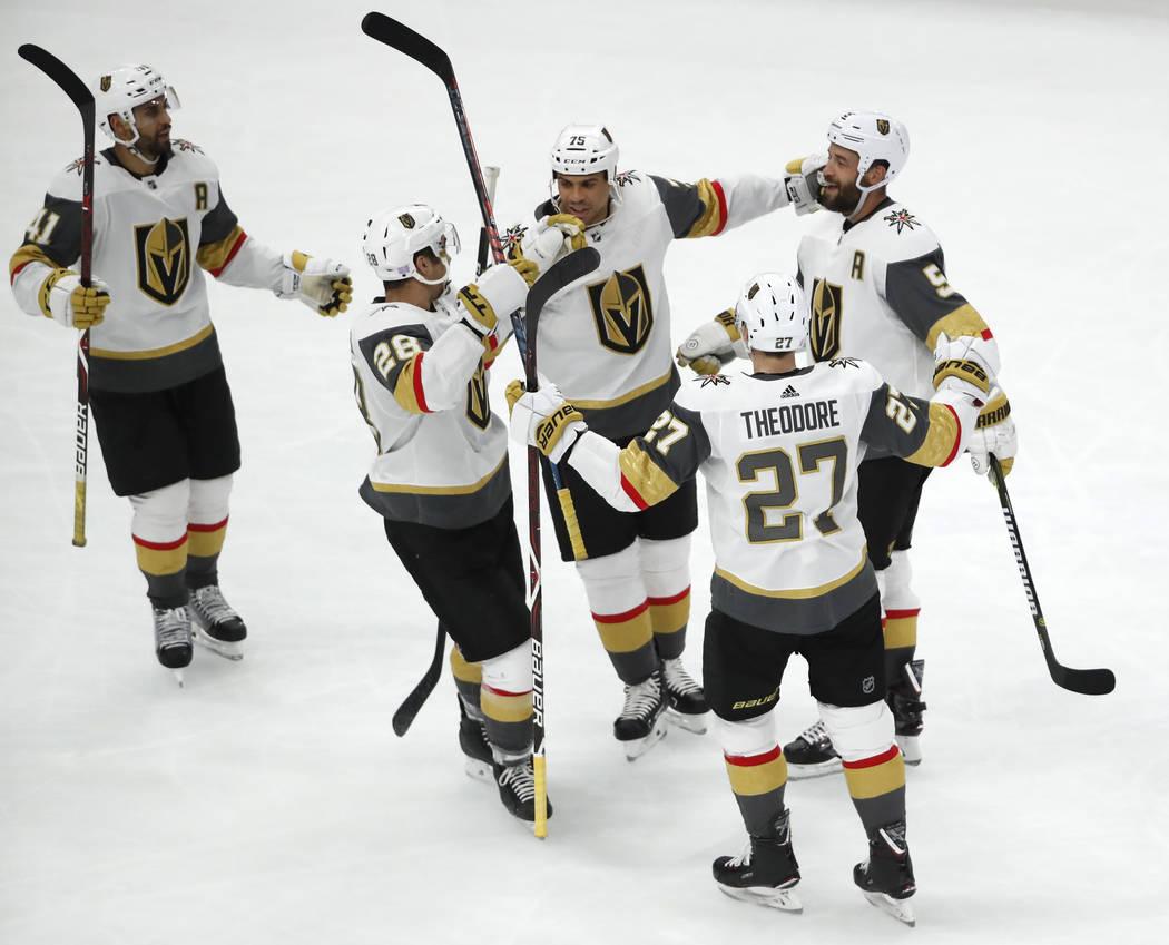 El defensa Deryk Engelland (5) de los Golden Knights de Las Vegas celebra su gol contra los Blackhawks de Chicago con sus compañeros de línea durante el segundo período de un juego de hockey de ...