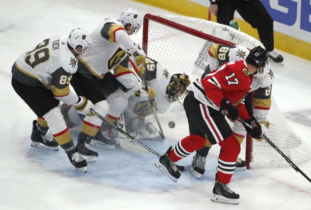 El centro de los Blackhawks de Chicago, Dylan Strome (17), ve cómo su primer gol para los Blackhawks entra en la red, pasando al portero de los Golden Knights de Las Vegas Marc-André Fleury (29) ...