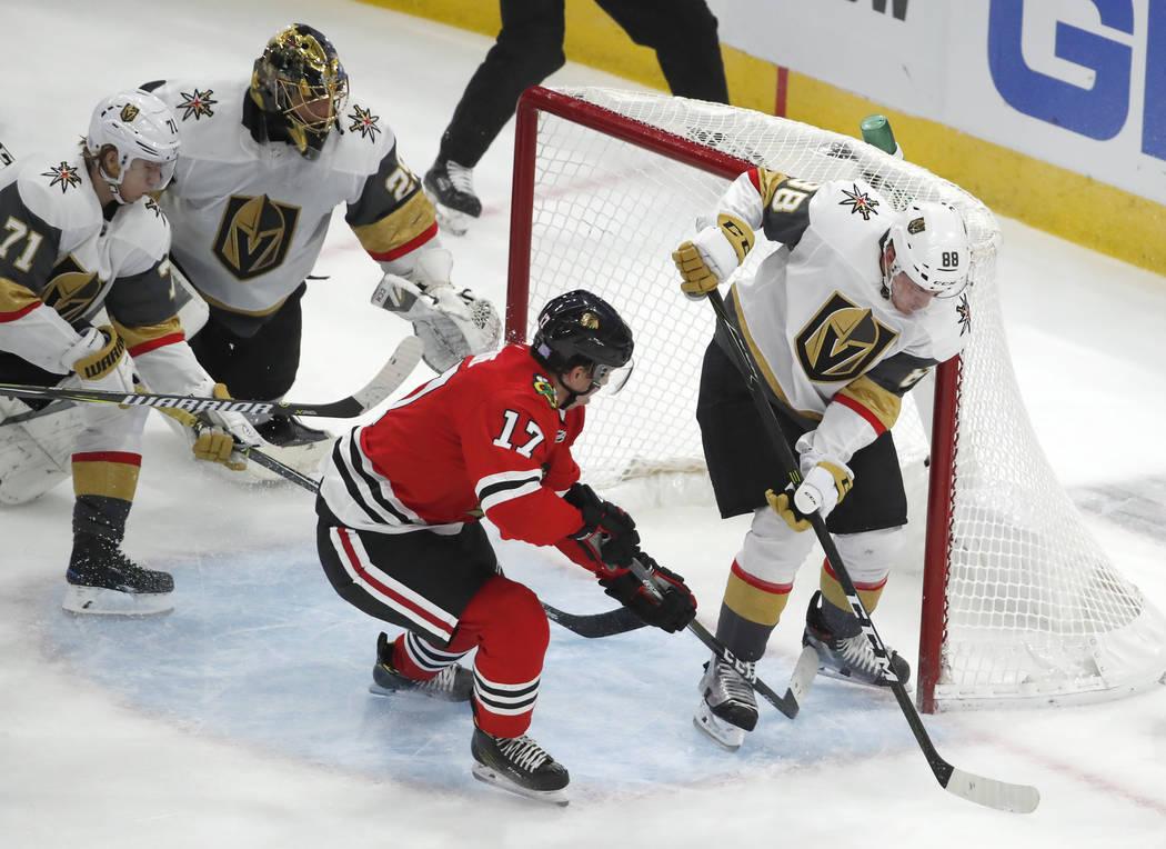 El centro de los Blackhawks de Chicago, Dylan Strome (17), anotó su primer gol para los Blackhawks después de pasar al defensa de los Golden Knights de Las Vegas, Nate Schmidt (88), durante el s ...