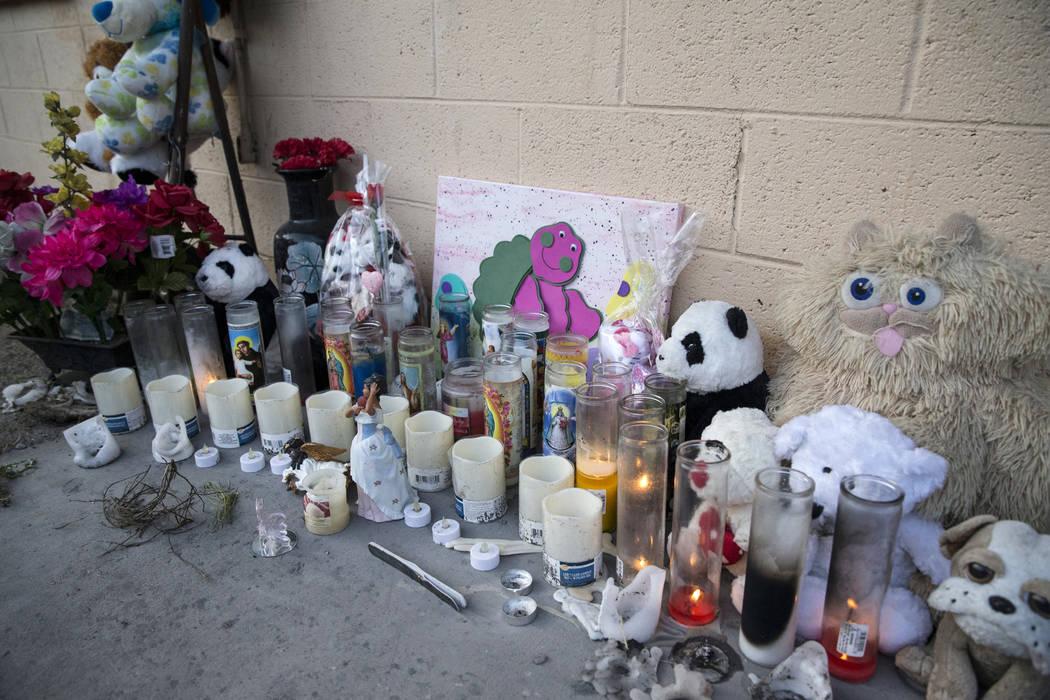 Este archivo de febrero de 2017 muestra un memorial improvisado en Westlake Apartments donde Diana Bankstown y su hija de 8 años, Kaysha Ray, murieron el 19 de enero de 2017. (Erik Verduzco / Las ...