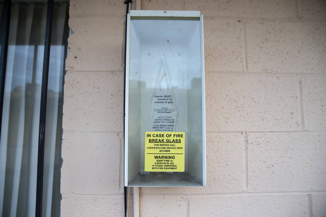 Este archivo de febrero de 2017 muestra una caja de extintores vacía en Westlake Apartments, donde Diana Bankstown y su hija de 8 años, Kaysha Ray, murieron el 19 de enero de 2017. (Erik Verduzc ...