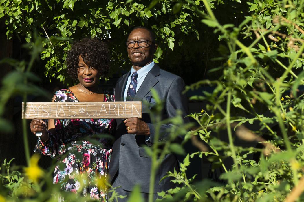 Charles y Doris Smith detrás del jardín dedicado a su nieta, Kaysha Ray, en la Escuela Primaria Matt Kelly en Las Vegas, el lunes 10 de septiembre de 2018. Kaysha Ray tenía ocho años de edad c ...