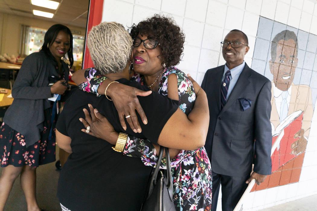 Doris Smith, abuela de Kaysha Ray, centro derecha, abraza a la maestra de jardín de infancia Carla Kelly en la Escuela Primaria Matt Kelly en Las Vegas, el lunes 10 de septiembre de 2018. Kaysha ...