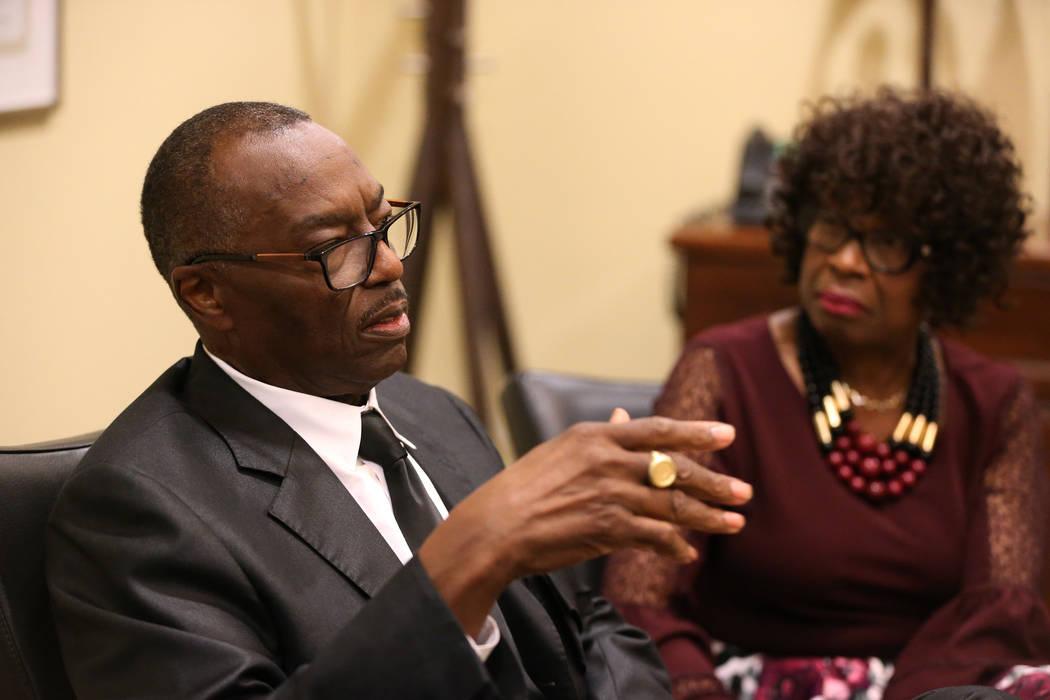 Charles Smith, a la izquierda, y su esposa Doris son entrevistados acerca de la pérdida de sus familiares en la oficina de su abogado en Las Vegas, el viernes 31 de agosto de 2018. (Erik Verduzco ...