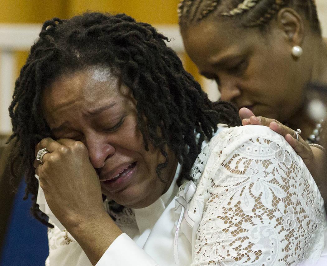 Laura Manson se limpia los ojos después de cantar durante el funeral para Diana Bankston y su hija Kaysha Ray, de 8 años, en la iglesia bautista True Love Missionary, el sábado 4 de febrero de ...