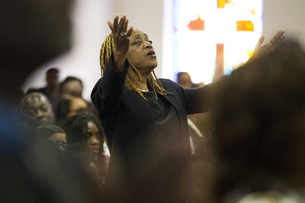 Los afligidos asisten al servicio funerario de Diana Bankston y su hija Kaysha Ray, de 8 años, en la Iglesia Bautista Misionera True Love, el sábado 4 de febrero de 2017, en Las Vegas. Bankston ...