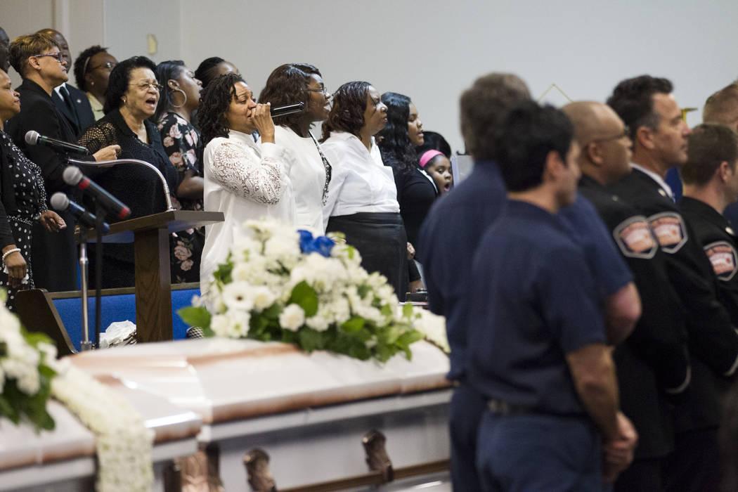 Laura Manson, centro, canta en el coro durante el funeral de Diana Bankston y su hija Kaysha Ray de 8 años, en la Iglesia Bautista Misionera True Love, el sábado 4 de febrero de 2017, en Las Veg ...