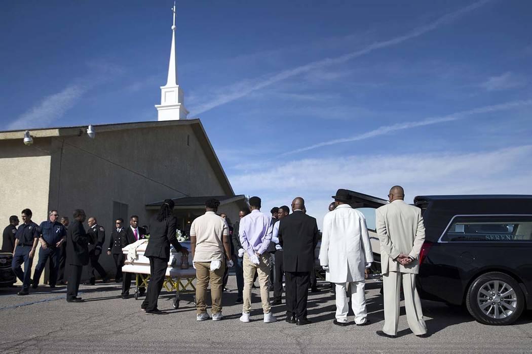 Los ataúdes con los restos de Diana Bankston y su hija Kaysha Ray de 8 años de edad se trasladaron a un coche fúnebre después de un funeral en la Iglesia Bautista Misionera de Amor Verdadero, ...