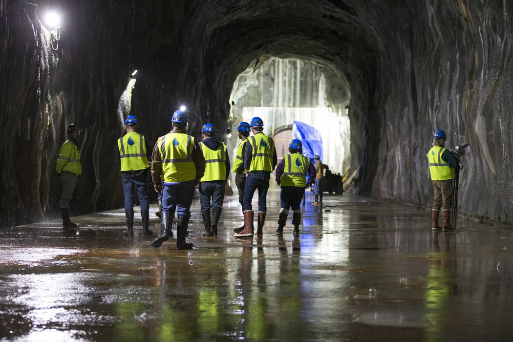 Miembros de los medios de comunicación y trabajadores durante un recorrido por la estación de bombeo a nivel de lago bajo de la Autoridad de Agua del Sur de Nevada en el Área de Recreación Nac ...