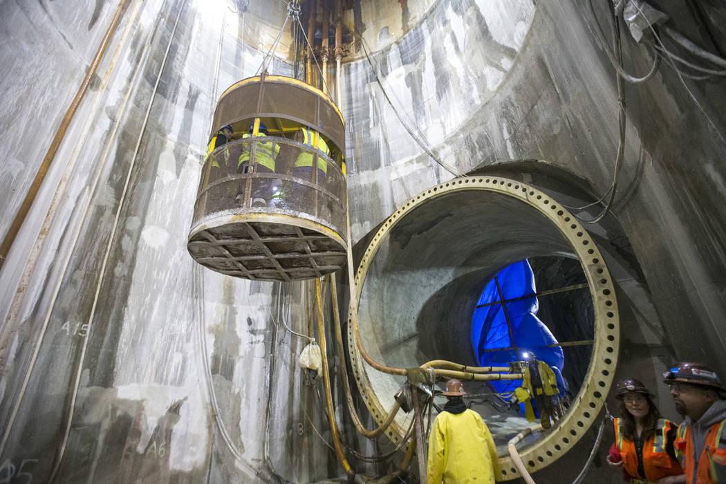 El martes, 27 de noviembre de 2018, la gente se eleva desde el pozo de acceso en la estación de bombeo a nivel de lago bajo de la Autoridad de Agua del Sur de Nevada en el Área de Recreación Na ...