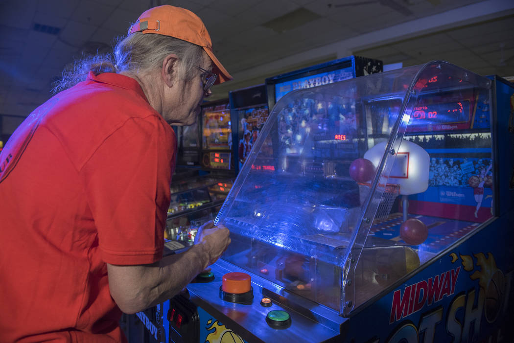 El dueño del Pinball Hall of Fame, Tim Arnold, juega el Hot Shot de Midway, un juego de básquetbol, en su museo en 1610 E. Tropicana Ave. en Las Vegas el jueves 14 de abril de 2016. (Archivo del ...