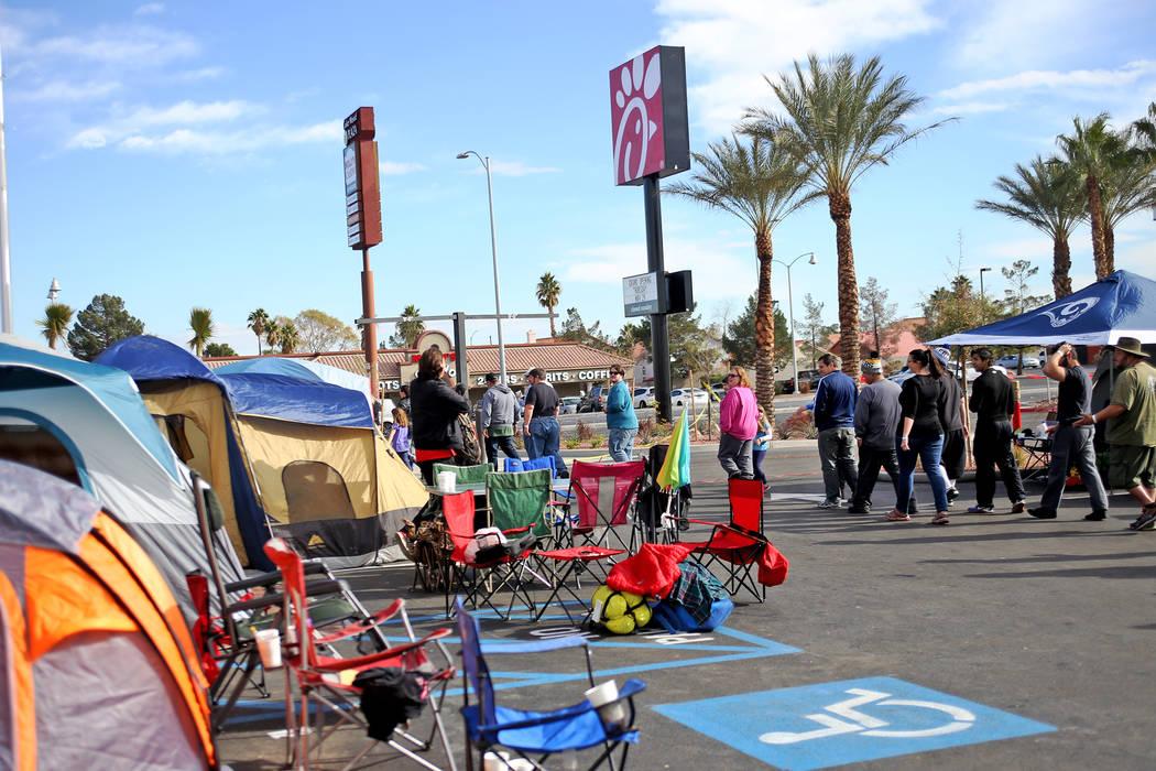 La gente se prepara para un almuerzo gratis afuera del nuevo Chick-fil-A en Rainbow Blvd. en Las Vegas, miércoles 28 de noviembre de 2018. Docenas de personas acamparon 24 horas antes de la apert ...