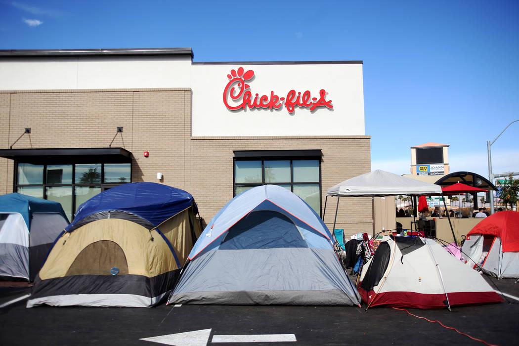 Carpas instaladas fuera del nuevo Chick-fil-A en Rainbow Blvd. en Las Vegas, miércoles 28 de noviembre de 2018. Docenas de personas acamparon 24 horas antes de la apertura oficial de las 6 a.m. d ...