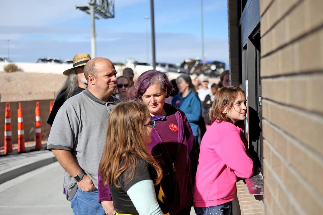 La familia Arbor, de izquierda Craig, Kristen y sus hijas Zoe, de 10 años, y Hannah, de 11, piden su almuerzo gratis en el nuevo Chick-fil-A en Rainbow Blvd. en Las Vegas, miércoles 28 de noviem ...