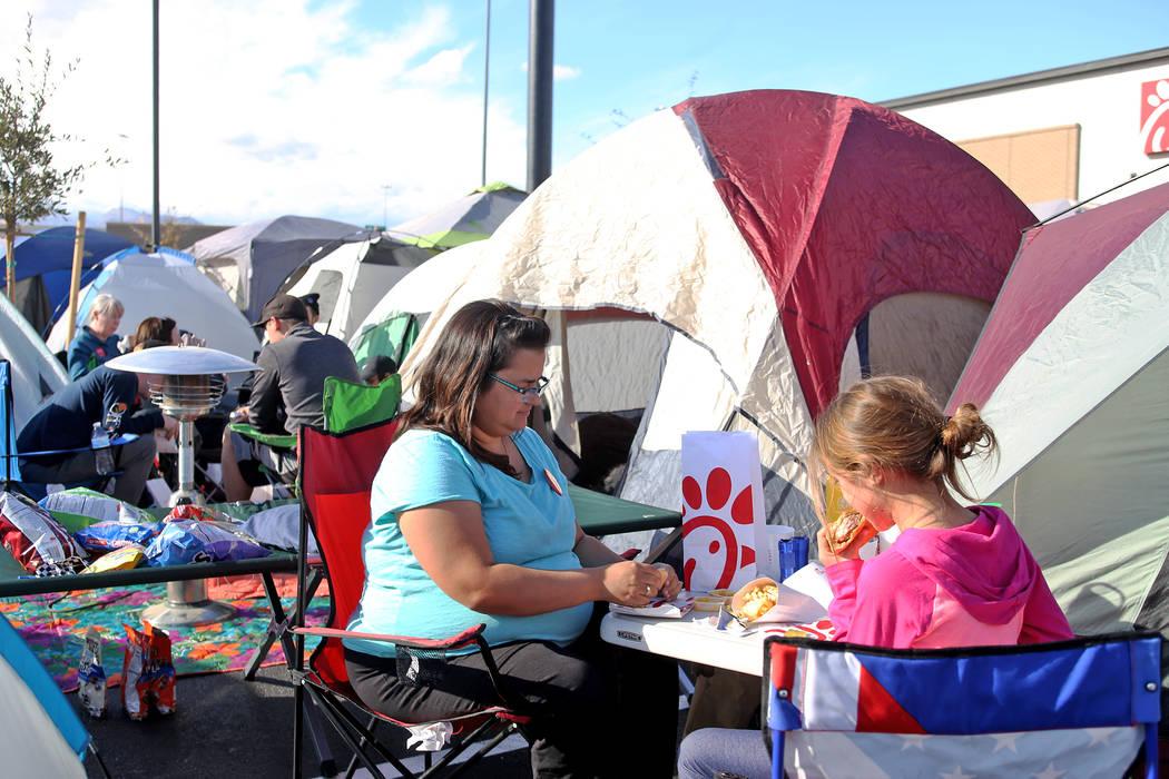 Jessica Zwigac almuerza gratis con su hija Natalie Zwigac, de 10 años, en su tienda de campaña en el nuevo Chick-fil-A en Rainbow Blvd. en Las Vegas, miércoles 28 de noviembre de 2018. Rachel A ...