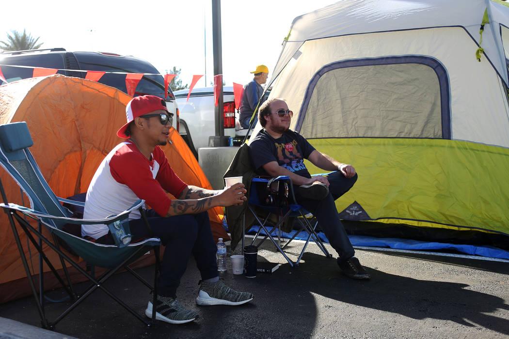 Ed Reyes se reúne con su amigo Tyler Wogalter en su campamento en el nuevo Chick-fil-A en Rainbow Blvd. en Las Vegas, miércoles 28 de noviembre de 2018. Rachel Aston Las Vegas Review-Journal @ro ...