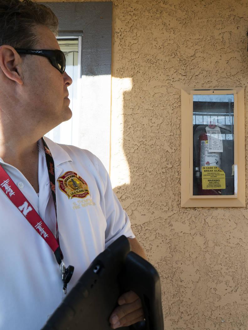 Scott Thompson, inspector de bomberos de Las Vegas Fire and Rescue, realiza una inspección de seguridad contra incendios en un complejo de apartamentos en Central Valley, en Jones Boulevard, en L ...