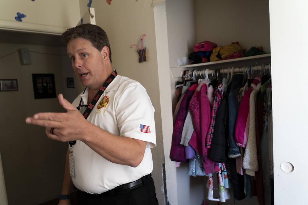 Scott Thompson, inspector de bomberos de Las Vegas Fire and Rescue, habla sobre seguridad contra incendios con una familia en un complejo de apartamentos en Central Valley, en Jones Boulevard, en ...