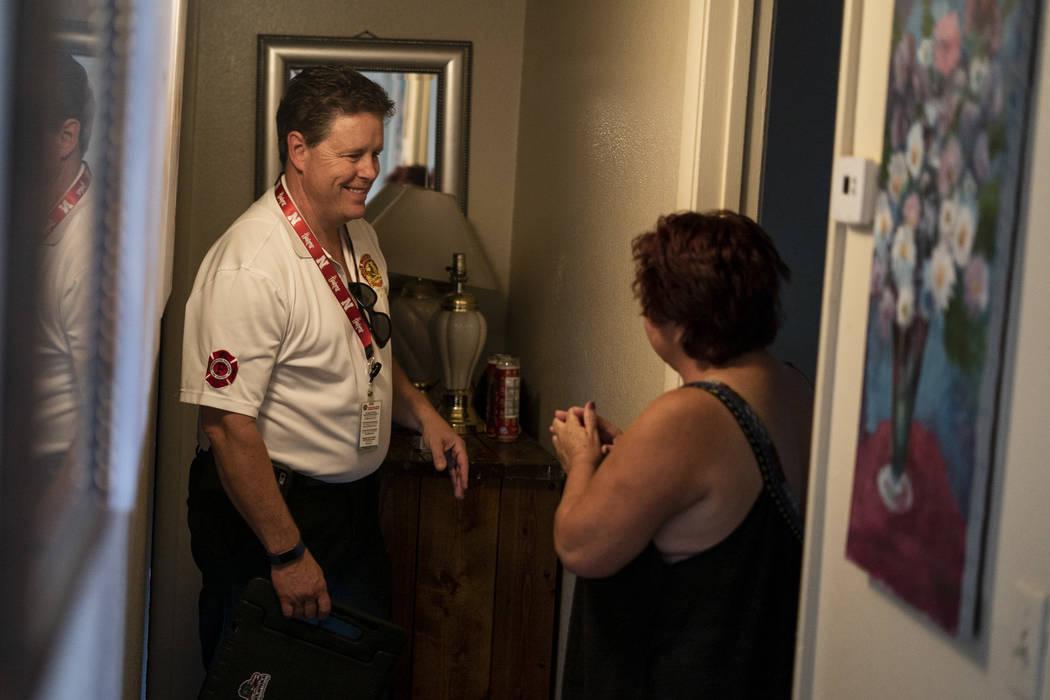 Scott Thompson, inspector de bomberos de Las Vegas Fire and Rescue, habla con un residente sobre la seguridad de las velas en un complejo de apartamentos en Central Valley, en Jones Boulevard, en ...