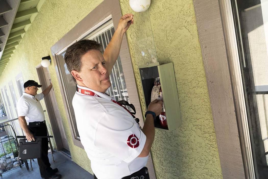 Todd Riley, a la izquierda, y Scott Thompson, inspectores de incendios de Las Vegas Fire and Rescue, llevan a cabo una inspección de seguridad contra incendios en un complejo de apartamentos en e ...