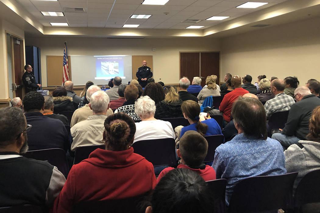 Un oficial de tránsito del Departamento de Policía de North Las Vegas se dirige a una multitud de casi 100 residentes de North Las Vegas en una reunión comunitaria el miércoles 28 de noviembre ...