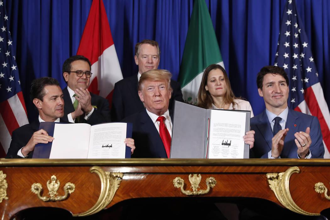 El presidente de EE.UU. Donald Trump, el primer ministro de Canadá Justin Trudeau, a la derecha, y el presidente de México Enrique Peña Neto, a la izquierda, participan en la ceremonia de firma ...