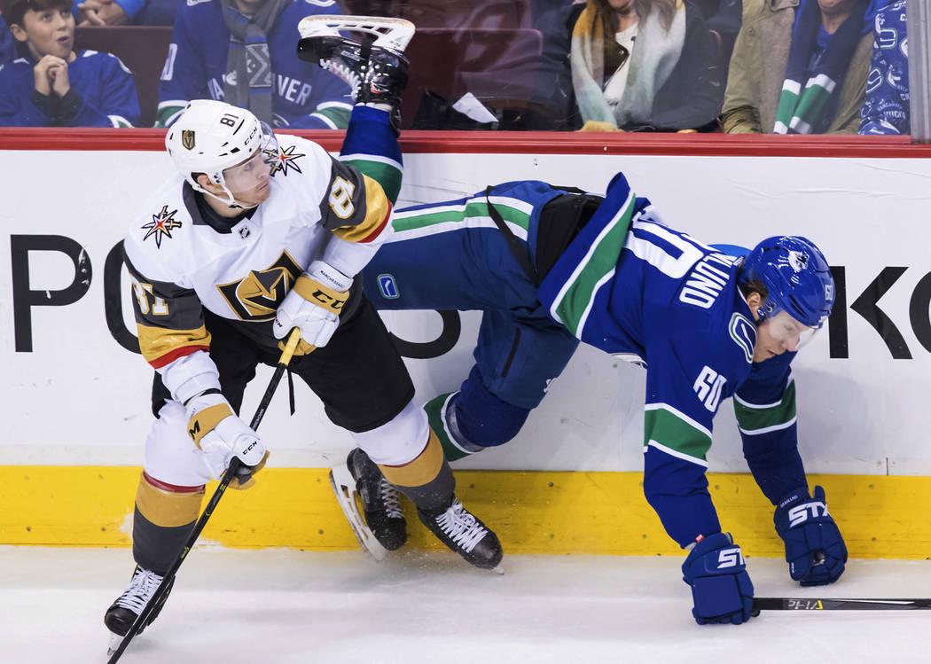 Jonathan Marchessault (81) de los Golden Knights de Vegas y Markus Granlund (60) de Vancouver Canucks de Vancouver, chocaron durante el segundo período de un juego de hockey de la NHL el jueves 2 ...