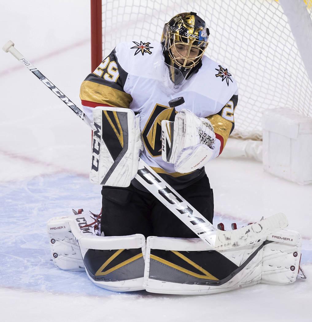 El portero Marc-André Fleury de los Golden Knights de Vegas salvó a los Canucks de Vancouver durante el segundo período de un juego de hockey de la NHL el jueves 29 de noviembre de 2018, en Van ...