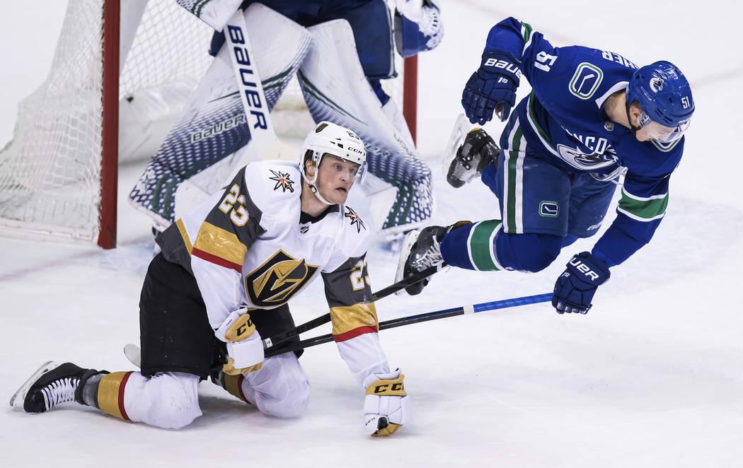 A Troy Stecher de Vancouver Canucks, a la derecha, Daniel Carr de los Caballeros Dorados de Las Vegas durante el segundo período de un juego de hockey de la NHL el jueves 29 de noviembre de 2018, ...