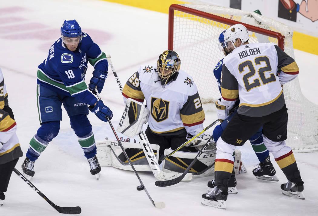 Jake Virtanen (18) de los Vancouver Canucks redirige un tiro frente al portero Marc-André Fleury de los Golden Knights de Las Vegas, como Nick Holden (22) y Michael Del Zotto de Vancouver, de vue ...