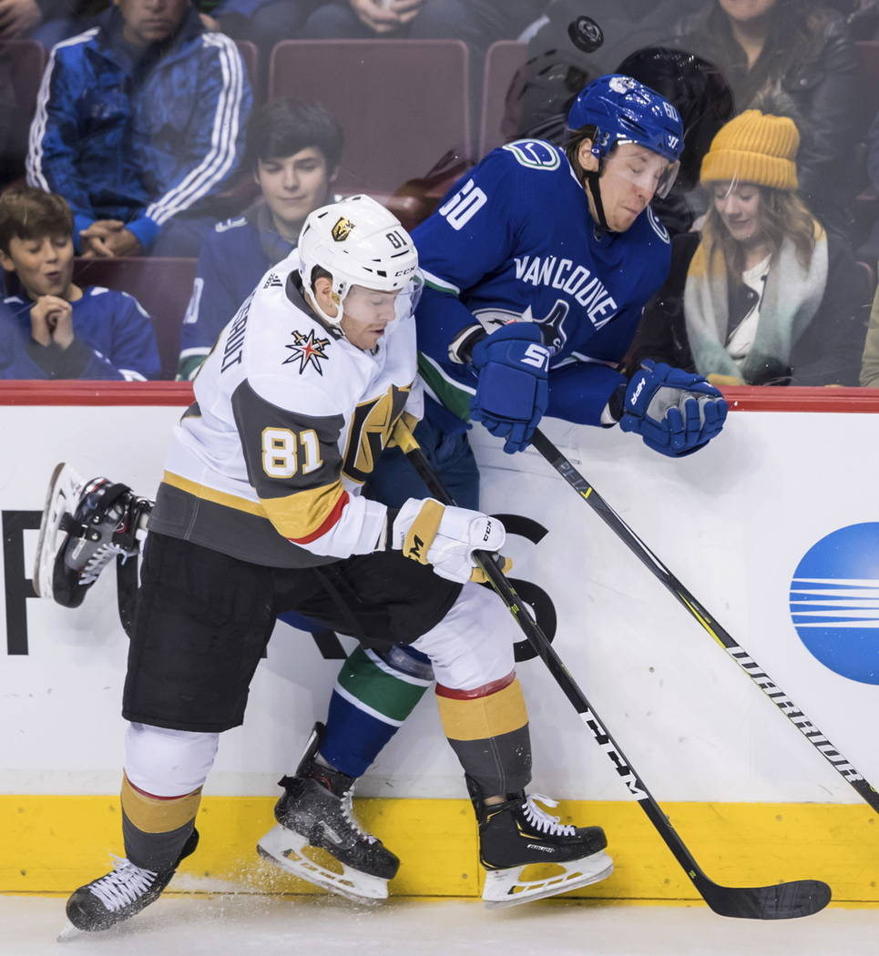 Jonathan Marchessault (81) de los Golden Knights de Vegas y Markus Granlund (60) de los Vancouver Canucks de Vancouver, chocaron durante el segundo período de un juego de hockey de la NHL el juev ...