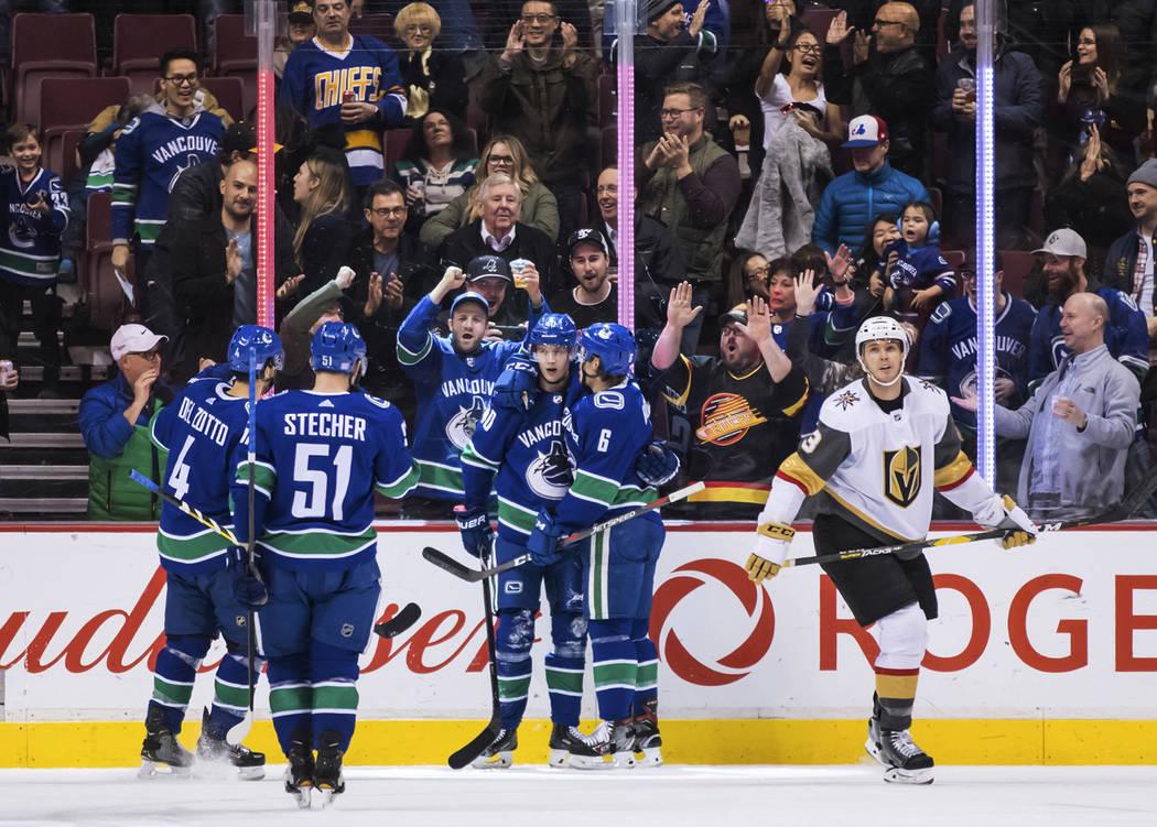 Michael Del Zotto de los Vancouver Canucks, Troy Stecher, Elias Pettersson y Brock Boeser, desde la izquierda, celebran el gol de Boeser cuando Brayden McNabb de los Vegas Golden Knights llega a l ...