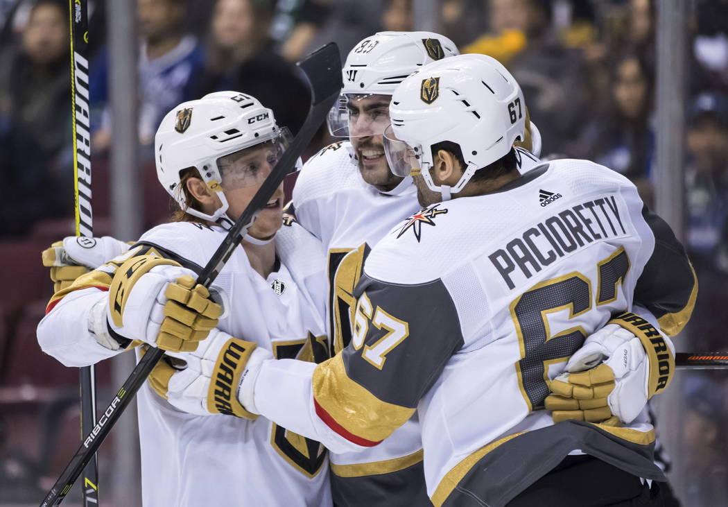 Cody Eakin, Alex Tuch y Max Pacioretty de los Golden Knights de Vegas, desde la izquierda, celebran el segundo gol de Pacioretty contra los Vancouver Canucks, durante el tercer período de un jueg ...