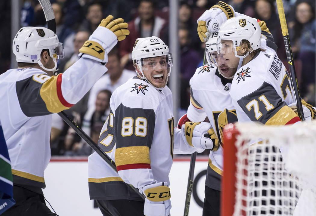 Colin Miller, Nate Schmidt, Reilly Smith y William Karlsson, de Suecia, de los Golden Knights de Vegas, desde la izquierda, celebran el gol de Karlsson contra los Vancouver Canucks durante el terc ...