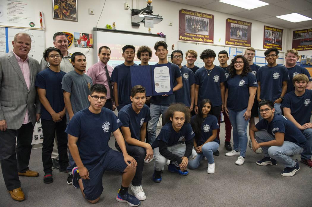 Los estudiantes de Bonanza High School Fire Science Academy posan para una fotografía en Bonanza High School en Las Vegas, el jueves 11 de octubre de 2018. Caroline Brehman / Las Vegas Review-Jou ...
