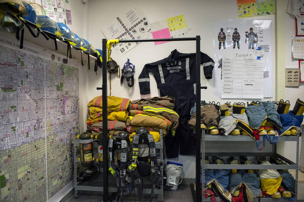 El equipo de bomberos se alinea en la esquina posterior del aula para los estudiantes de la Academia de Ciencias del Fuego de Bonanza High School en la Escuela Secundaria de Bonanza en Las Vegas e ...