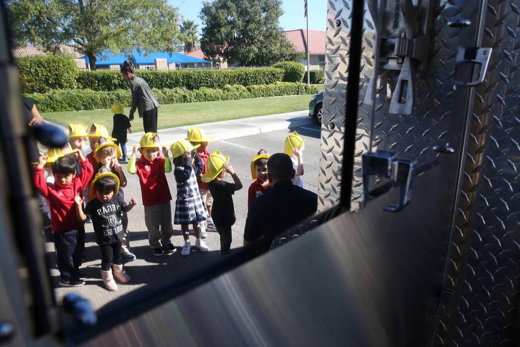 Los niños esperan en la fila para ver el motor del Departamento de Bomberos del Condado de Clark en Merryhill Preschool, 5055 S. Durango Dr., en Las Vegas, el miércoles 24 de octubre de 2018. Er ...